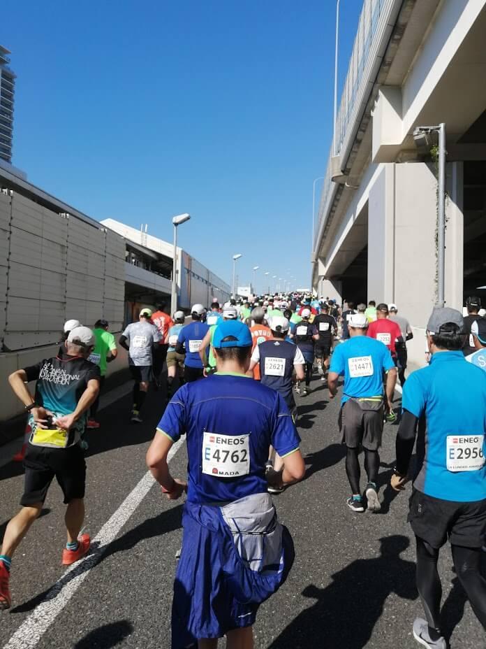 横浜マラソン2019で走っている最中の写真です。